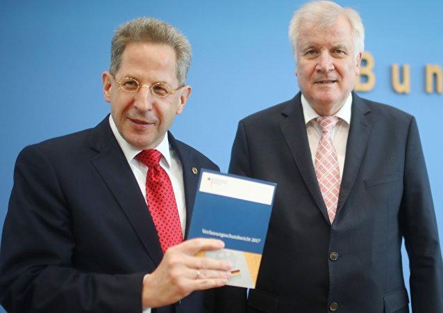 Almanya İçişleri Bakanı Horst Seehofer ile Anayasayı Koruma Teşkilatı (BfV) Başkanı Hans Georg Maassen, kurumun 2017 raporunu ortak basın toplantısı düzenleyerek açıkladı.