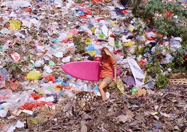 Alison Teal plastik atıklarla savaşıyor