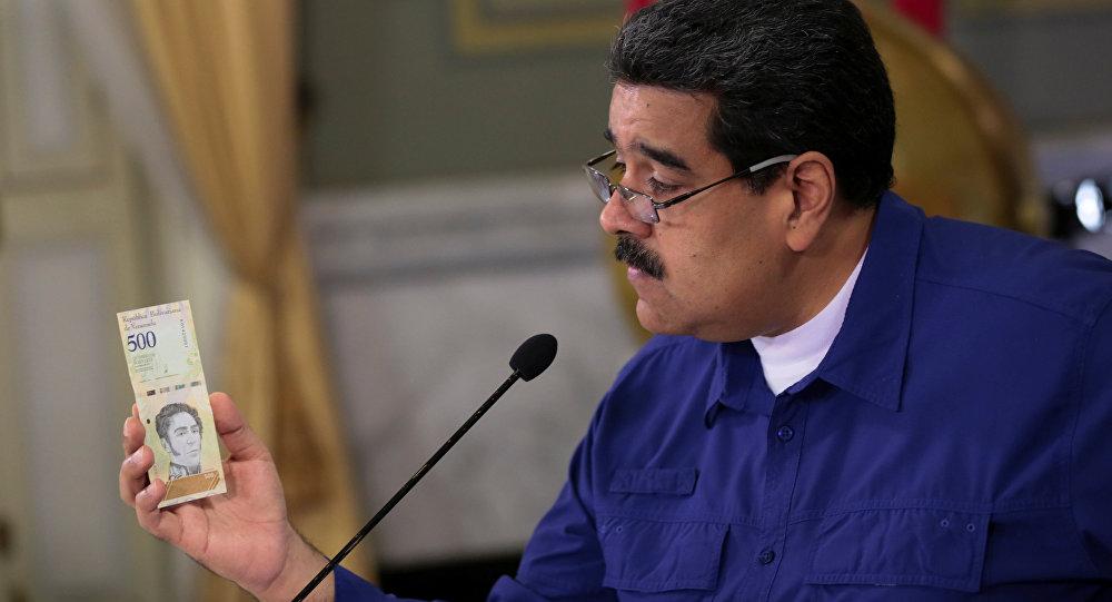 Venezüella Devlet Başkanı Maduro ülkenin yeni para birimi ' Egemen Bolivar'la poz verdi