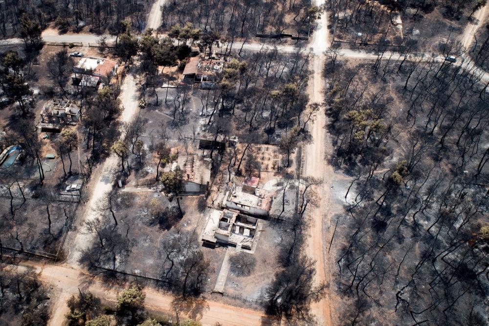 Yunanistan'nın Mati bölgesinde yangından zarar gören alanlara havadan bakış.