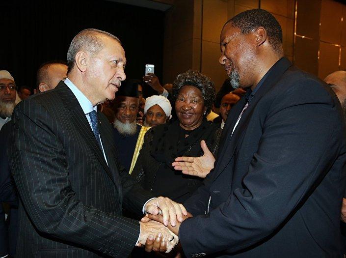 Erdoğan, toplantıya katılan Güney Afrikalıların efsanevi lideri Nelson Mandela'nın torunu Mandla Mandela ile de bir süre sohbet etti.