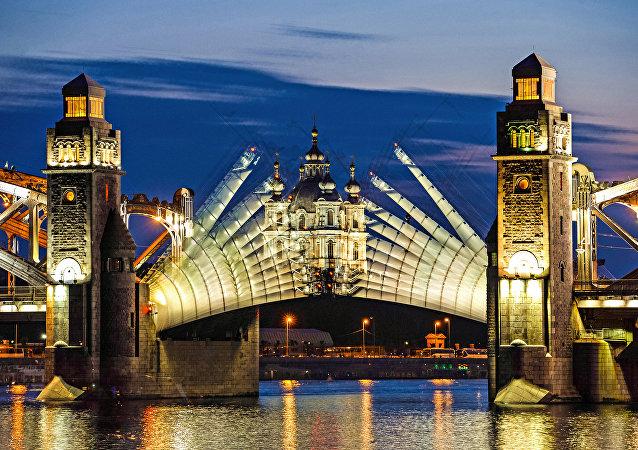 St. Petersburg'daki beyaz geceler sırasında Büyük Petro Köprüsü açılıyor