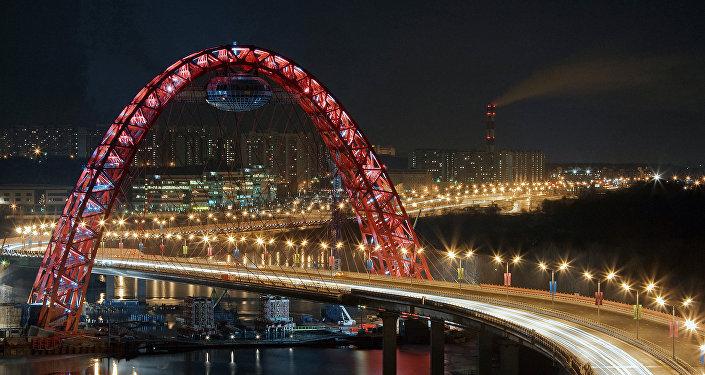 Moskova'daki gergin eğik askılı köprü Jivopisnıy.