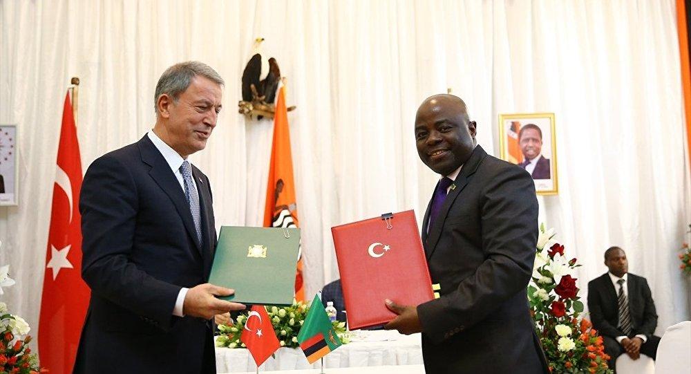 """Erdoğan ile Lungu anlaşmaların imzalandığı törene de katıldı. """"Kolluk Eğitimi İşbirliği Protokolü"""", Milli Savunma Bakanı Hulusi Akar ile Zambiya İçişleri Bakanı Stephen Kampyongo tarafından imzalandı."""