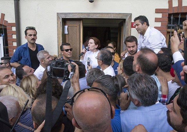Meral Akşener, Üsküdar'daki evinin önünde nöbet tutanlara ''Partinin başındayım, geri döneceğim'' mesajı verdi.