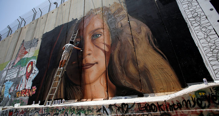 Batı Şeria'da Ayrım Duvarı'na Tamimi'nin resmini çizen 2 İtalyan aktivist de İsrail güvenlik güçleri tarafından gözaltına alındı.