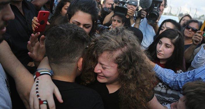 İsrail askerleri tarafından Batı Şeria'nın Ramallah kenti batısında yer alan Nebi Salih beldesinin girişindeki İsrail kontrol noktasında serbest bırakılan Ahed ve annesi Neriman, yakınları tarafından karşılandı.