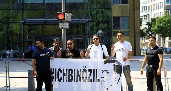 """Almanya'da """"Ben Özil'im"""" gösterisi"""