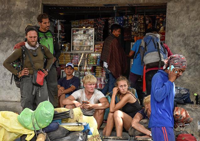 Rinjani Dağı'ndan inmeyi başaran turistler