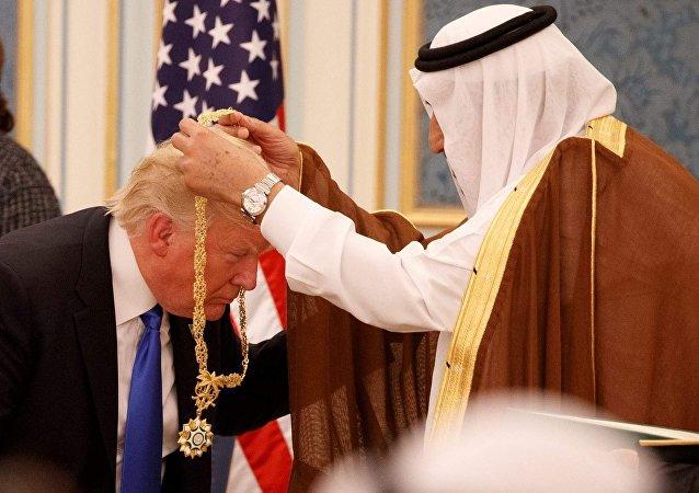 Suudi Kralı Selman ABD Başkanı Donald Trump'a Abdülaziz el Suud Devlet Nişanı takarken