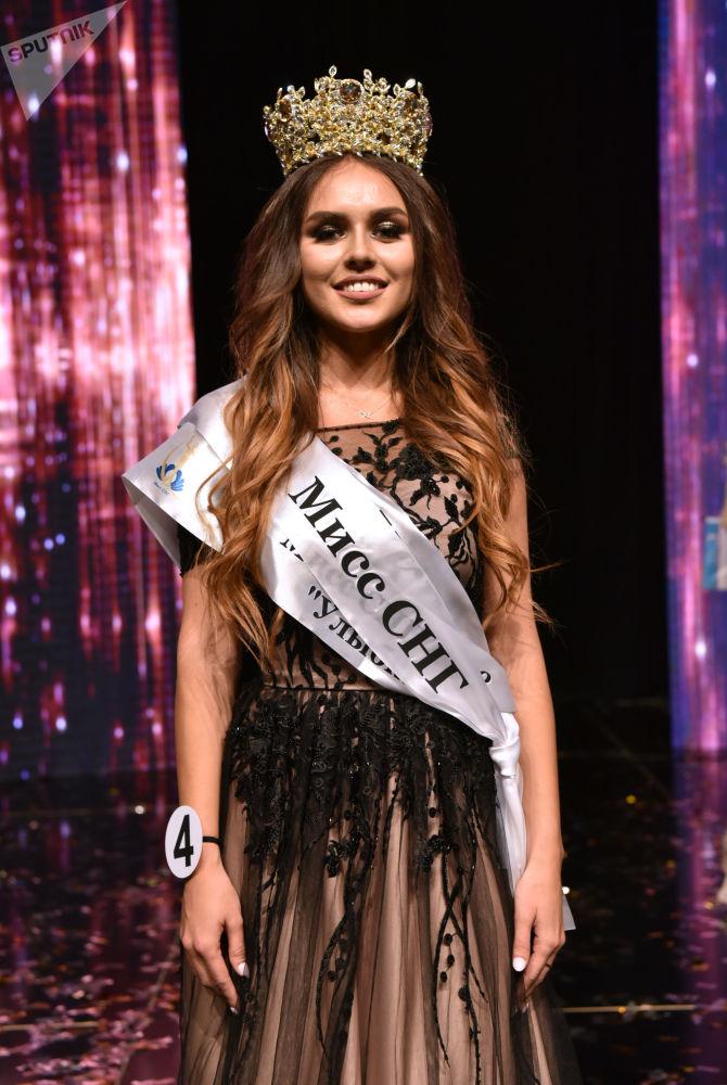 """Miss CIS — 2018  yarışmasının galibi.Ukraynalı Tatyana Akulenko başında Ermenistan'da özel siparişle yapılan değerli taşlarla kaplı yaldızlı taç ile. Tatiana Akulenko'yaayrıca """"Bonus' olarak 1 haftalık Avrupa turu ödülü de verildi."""