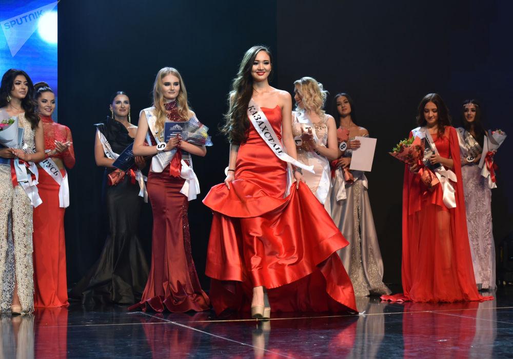 Miss CIS — 2018 güzellik yarışmasının katılımcılar.