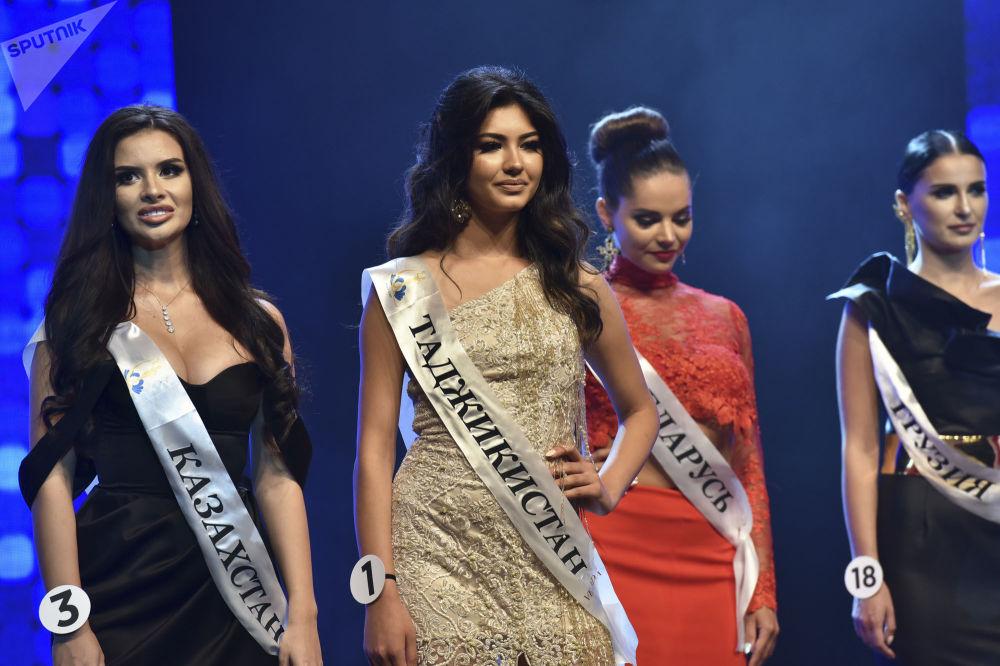 Final gösterisinde, kızlar milli giysiler, kokteyl ve abiye kıyafetleriyle  sahne aldı.