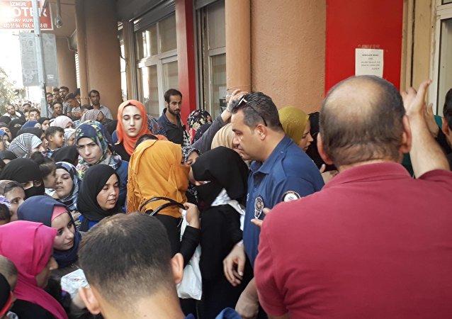 İzmir'de Suriyelilerin geçici kimlik izdihamı