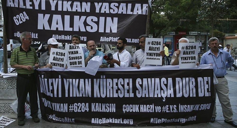 Aile Platformu üyeleri, boşanan erkekleri mağdur ettiklerini öne sürdükleri yasayı Galatasaray Meydanı'nda protesto etti.
