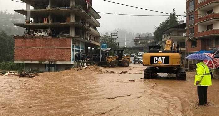 Rize'de şiddetli yağış nedeniyle bazı dereler taşarken, dere kenarında bulunan 7 katlı bina yıkılma tehlikesine karşı tahliye edildi.