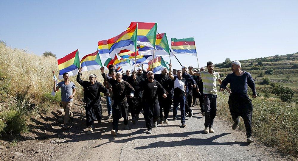 Dürziler ellerinde geleneksel bayraklarıyla Golan Tepeleri'ndeki İsrail-suriye sınırında protesto yürüyüşünde