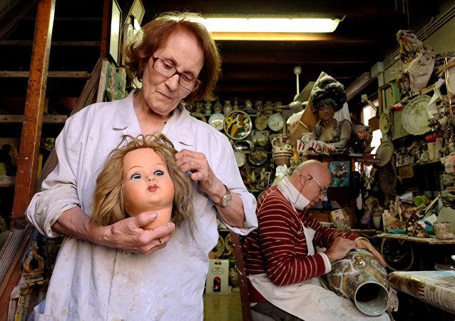 İtalya'nın başkenti Roma'nın Via di Ripetta caddesine 15 metrekerelik küçük bir dükkan olan 'Oyuncak Bebek Hastanesi' Squatriti ailesine ait. Squariti ailesi dükkanlarını 2. Dünya Savaşı sonrasında zengin ailelerin savaş sırasında zarar gören değerli eşyalarını onarma fikriyle 1953'te açmış. Ancak zamanla bazılarının tarihi 19. yüzyıla kadar uzanan antika oyuncak bebeklerin tamirinde uzmanlaşmışlar.