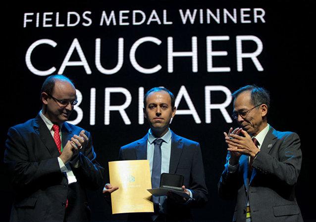 Cambridge Üniversitesi'nde profesör olarak görev yapan ve matematiğin Nobel'i olarak bilinen Fields Madalyasına layık görülen Kürt bilim insanı Koçer Birkar (Caucher Birkar)