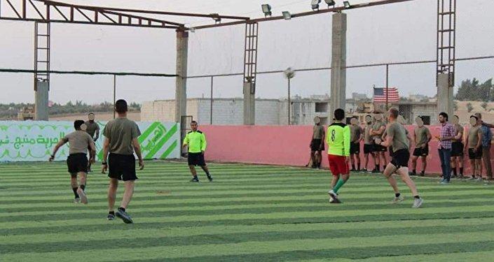 Uluslararası koalisyon askerleri ve Menbiç Askeri Konseyi arasındaki halı saha maçı