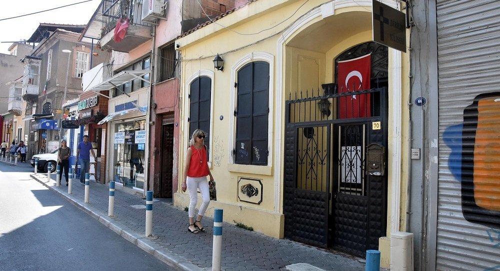 Brunson'ın görevli olduğu kilisenin kapısına Türk Bayrağı asıldı