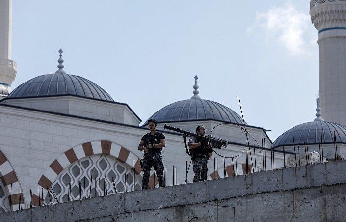 DHA'nın servis ettiği fotoğraflarda, polislerden birinin füze taşıdığı görüldü.