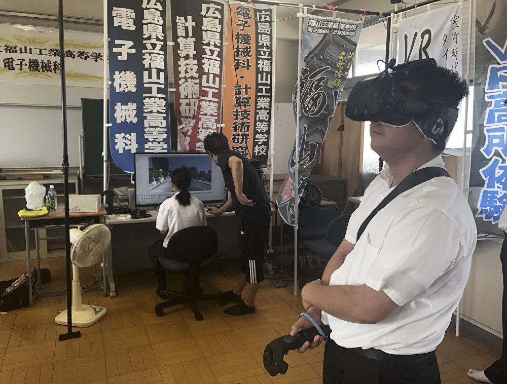 Öğrenciler ve öğretmenleri kullanıcıları zamanda geriye götürerek benzer olayların bir daha yaşanmaması konusunda farkındalık yaratmayı amaçladı. Projede çalışan öğrencilerden biri olan Mai Okada Konuşma olmadan sadece görüntülere bakarak yaşananları anlıyorsunuz. Sanal gerçeklik (VR) deneyiminin başarılarından biri kesinlikle bu diye konuştu. 18 Yaşındaki Yuhi Nakagawa adlı öğrenci de Atom bombası öncesi ve sonrasındaki binaları bilgisayarda yaratırken birçok binanın yok olduğunu fark ettim. Atom bombalarının ne kadar korkutucu olabileceğini hissettim. O yüzden bu manzarayı yaratırken diğer kullanıcılarla bunu paylaşmanın önemli olduğunu düşündüm dedi.