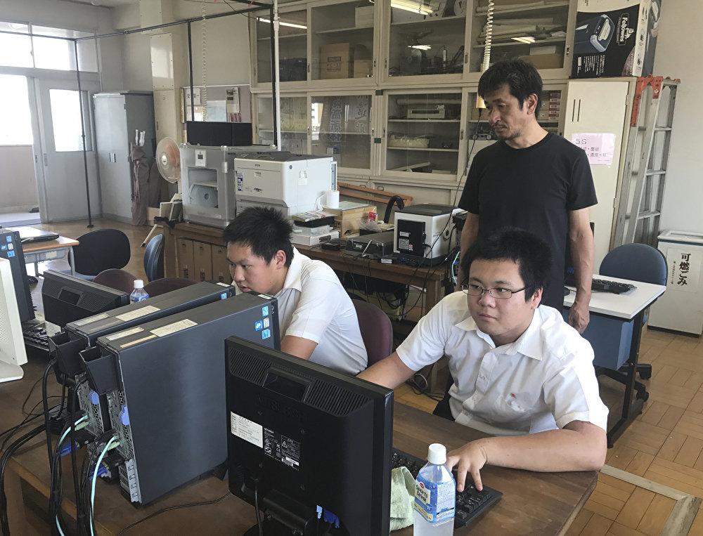 Öğrenciler Hiroşima'yı yeniden yaratmak için eski fotoğraflardan, kartpostallardan yararlanmış ayrıca bombardımandan hayatta kalanlarla röportajlar yapıp VR görüntüleri konusuda geri bildirim almışlar.  Öğrencilerin projeyi hazırladığı lise kulübünde danışmanlık yapan bilgisayar öğretmeni Katsushi Hasegawa Kenti iyi tanıyanlar bize iyi iş çıkardığımızı söyledi. Çok nostaljik bulduklarını söylediler. Bazen o günlerdeki anılarını hatırlamaya başlıyorlar ve o zaman ben bu projeyi yarattığımız için mutlu oluyorum diye konuştu.