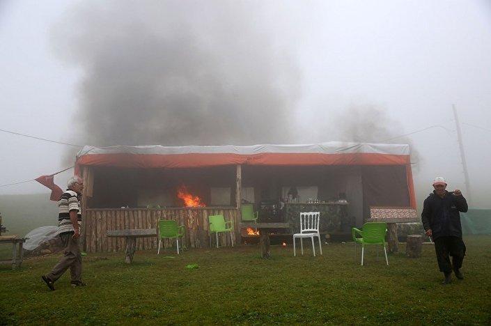 Yaylacılar, benzin dökerek çadırı ateşe verdi.