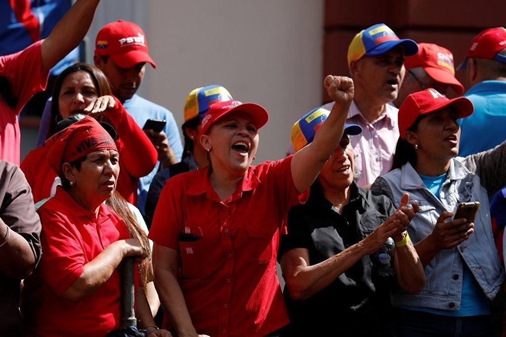 Venezüella'da Maduro destekçileri sokaklara döküldü