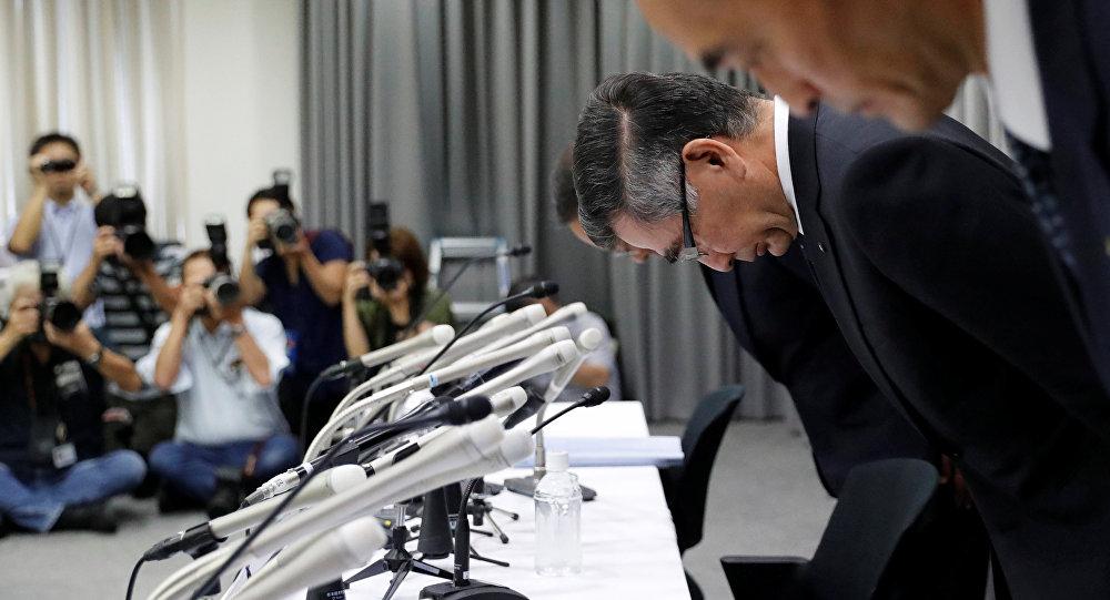 Suzuki Motor CEO'su Toşihiro Suzuki şirketin diğer yöneticileriyle birlikte yaptığı basın toplantısında eğilirken