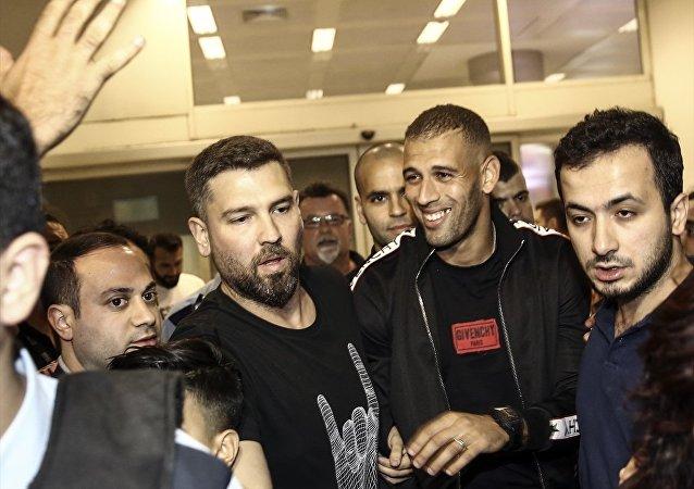 İngiltere Premier Lig ekibi Leicester City'nin Cezayirli futbolcusu Islam Slimani (sağ 2), Fenerbahçe ile transfer görüşmelerinde bulunmak üzere İstanbul'a geldi.