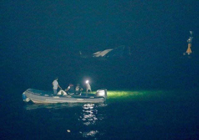 Beylikdüzü Kavaklı Sahili açıklarında batan teknedeki 5 kişi kurtarıldı, kayıp bir kişi ise dalgıçlar tarafından aranıyor.