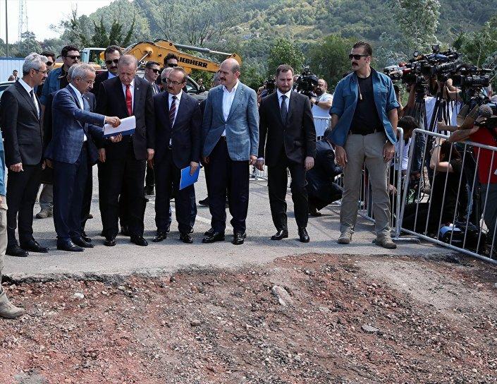Erdoğan, Ünye merkezdeki konuşmasından önce de sel bölgesinde incelemelerde bulundu. Erdoğan, Cevizdere mevkisinde bulunan Karadeniz Sahil Yolu'ndaki ulaşımı sağlayan ve çökme meydana gelen Cevizdere köprüsünde incelemelerde bulunarak yetkililerden bilgi aldı. Erdoğan şunları söyledi: Karadeniz Sahil Yolu'ndaki bu köprü malum 1960'da yapılmış bir köprü. Modern bir köprü değil. Hedefimiz Karayolları, Ulaştırma ve Altyapı Bakanlığı ile birlikte bu köprüyü 3-4 ay içinde bitirmek. Fındık noktasında bazı hasarlar meydana geldi. Bu hasar tespit çalışmalarını Valilik riyasetinde yürütüyoruz. Bu konuda kimsenin bir rahatsızlığı olmasın. Bu hasar tespit çalışmalarıyla birlikte neyse bunun neticesi Türkiye Cumhuriyeti devleti bunları ödeyecek zenginlik ve kabiliyettedir.