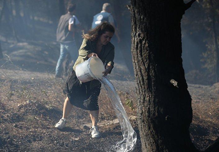Yangını söndürme çalışmalarına vatandaşlar da evlerindeki su kovalarıyla destek verdi.