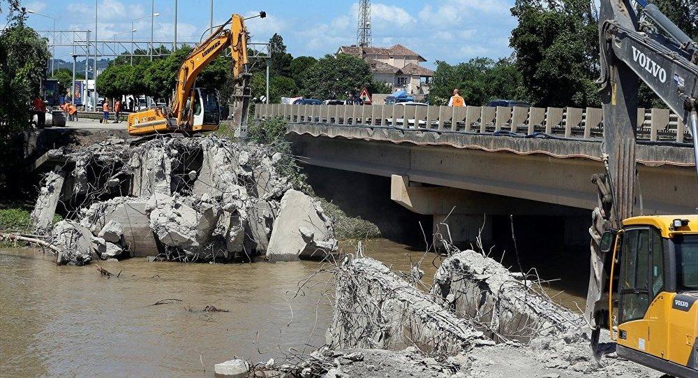 Karadeniz Sahil Yolu'nun Ordu-Samsun istikametlerine geçişi sağlayan ve Ünye ilçesindeki sel nedeniyle yıkılan Cevizdere Köprüsü'ndeki çalışmalar devam ett