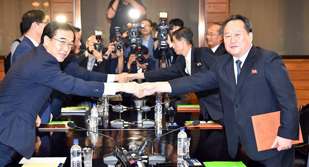 Güney Kore Birleşme Bakanı Cho Myoung-gyon ve Kuzey Koreli mevkidaşı Ri Son Gwon, Panmunjom Ateşkes Köyü'ndeki görüşmeleri sonrası tokalaşırken