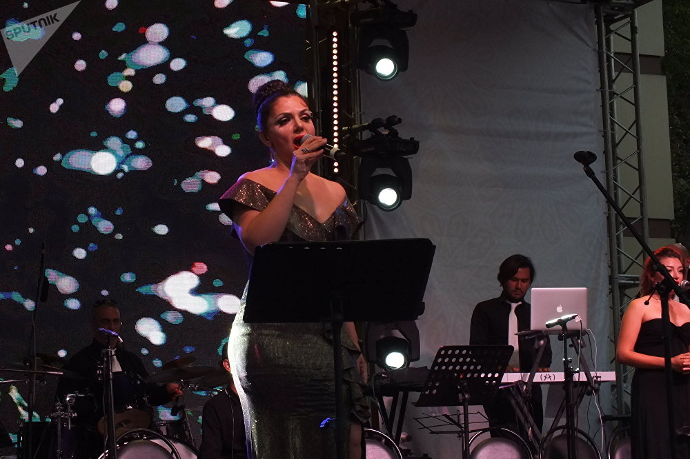 Serap Çiftçi'nin Rus izleyicilerle beraber seslendirdiği şarkılar arasında Oçi Çorniye (Kara Gözler), Katyuşa ve Podmoskovnıye Veçera (Moskova Bölgesi Akşamları) gibi Rusya'da çok popüler ve sevilen parçalar yer aldı.