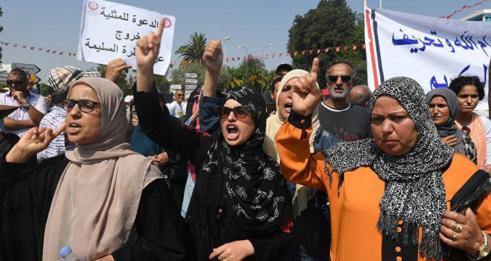 Tunus'ta mirasta kadın erkek eşitliği tasarısını İslamcı kadınlar da protesto etti.