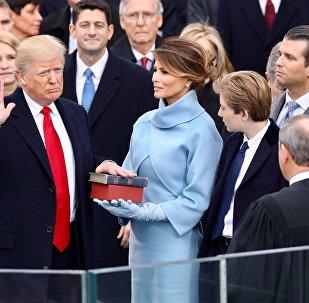Eşi Melania'nın eşlik ettiği Donald Trump, kendisine ve Abraham Lincoln'a ait iki İncil'e el basarak başkanlık yemini ederkenEşi Melania'nın eşlik ettiği Donald Trump İncil'e el basarak başkanlık yemini ederken