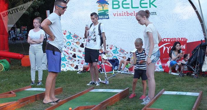 Krasnaya Presnya parkının arazisinde, Türk illerinin ve otellerin temsilcilerinin çadırları açıldı.