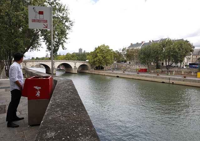 Paris'teki Ile Saint-Lois semtinde  Seine Irmağı kıyısına yerleştirilen kırmızı renkli ekolojik pisuar