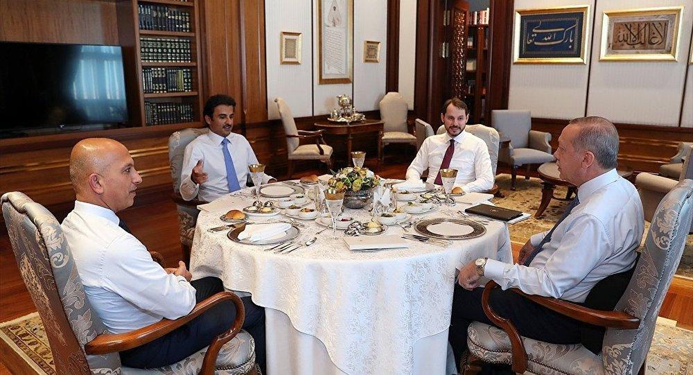 Cumhurbaşkanı Erdoğan ile görüşen Katar Emiri Sani, Türkiye'ye 15 milyar dolar doğrudan yatırım yapacaklarını bildirdi.