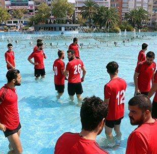 Futbolculardan 'su' protestosu: Formalarıyla süs havuzuna girdiler