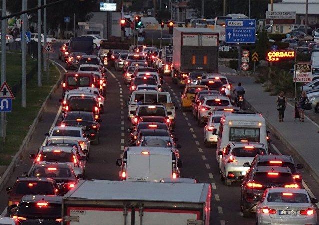 Edremit Körfezi'nde 3 kilometrelik bayram trafiği
