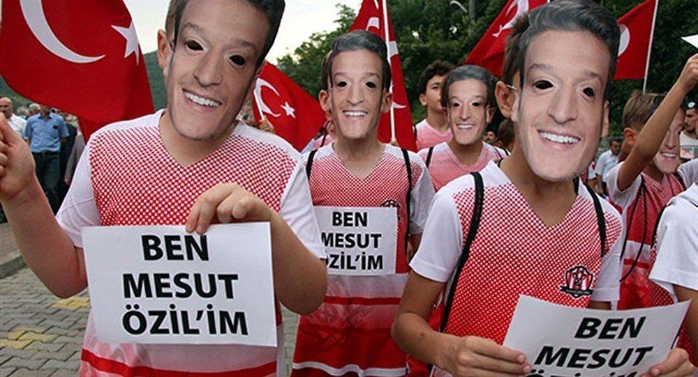 Mesut Özil maskeleriyle yürüdüler