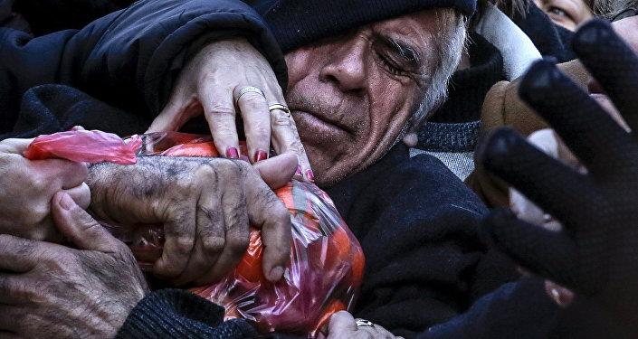 Ocak 2016'da Atina'da çiftçilerin Yunan hükümetinin emeklilik reformunu protesto için bedava dağıttığı mandalinalar kapışılırken izdiham yaşanmıştı.