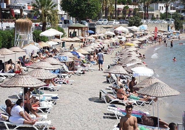 Akdeniz sahillerinde bayram yoğunluğu