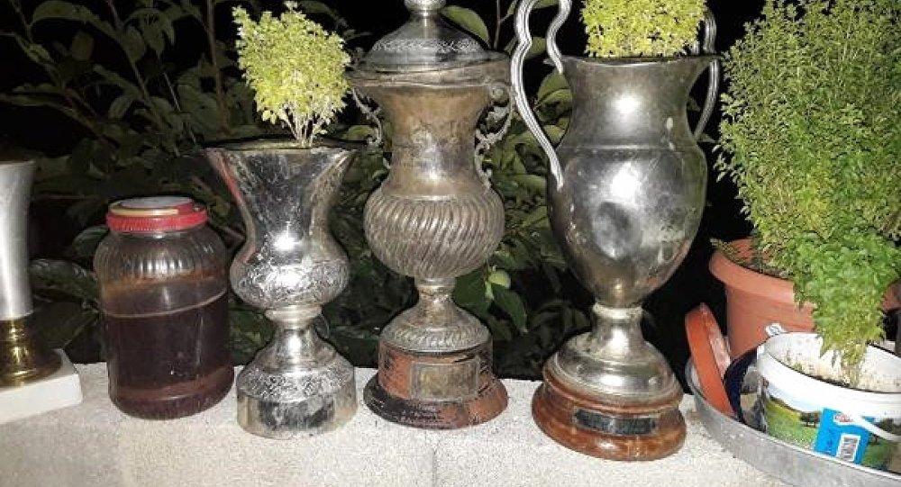 Denizlispor'un çöpten çıkan tarihi kupaları saksı oldu
