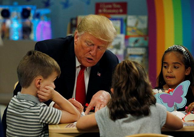 Donald Trump eşiyle birlikte Columbus/Ohio'daki çocuk hastanesini ziyaret edip çocuklarla kaynaştı.